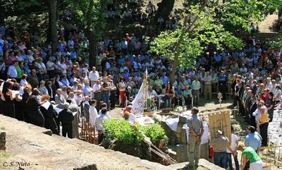 Misa en el exterioe, en la piedra de las apariciones, mayo 2009.