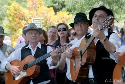Ronda de música de gente del pueblo y del grupo los Jherrizos, mayo 2009.