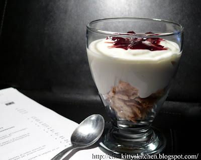 Cremoso allo yogurt con cereali e visciole