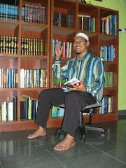 Ustaz Sahrulazmi di samping buku2 sejarah kesayangannya