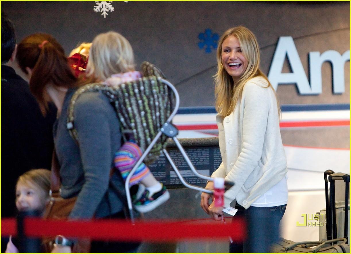 http://2.bp.blogspot.com/_zDmb8ptuR7w/TQ-s-FhKmRI/AAAAAAAAAF4/5owpwuvy9AA/s1600/cameron-diaz-lax-airport-smile-05.jpg