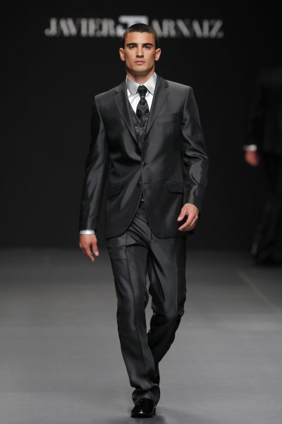 es precioso y le queda genial pero con el traje venia el chalequill y ala  corbata y resulta q todo es negro. le queda perfecto pero no secomo lo  veis asi