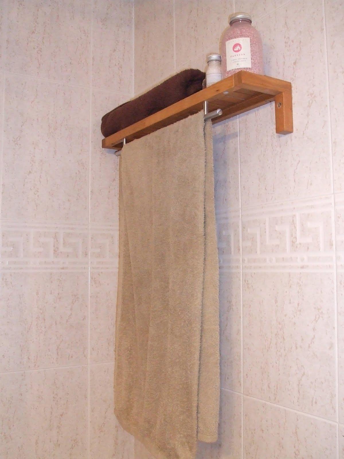 El estante toallero de mireia for Colgar toallas ducha