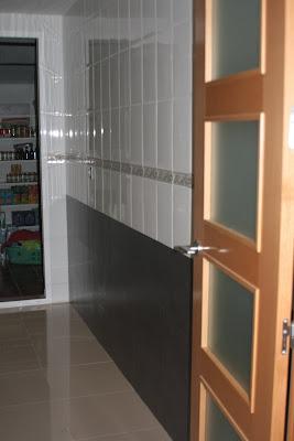 Antes y despu s de una pared de cocina for Baldosas vinilicas pared