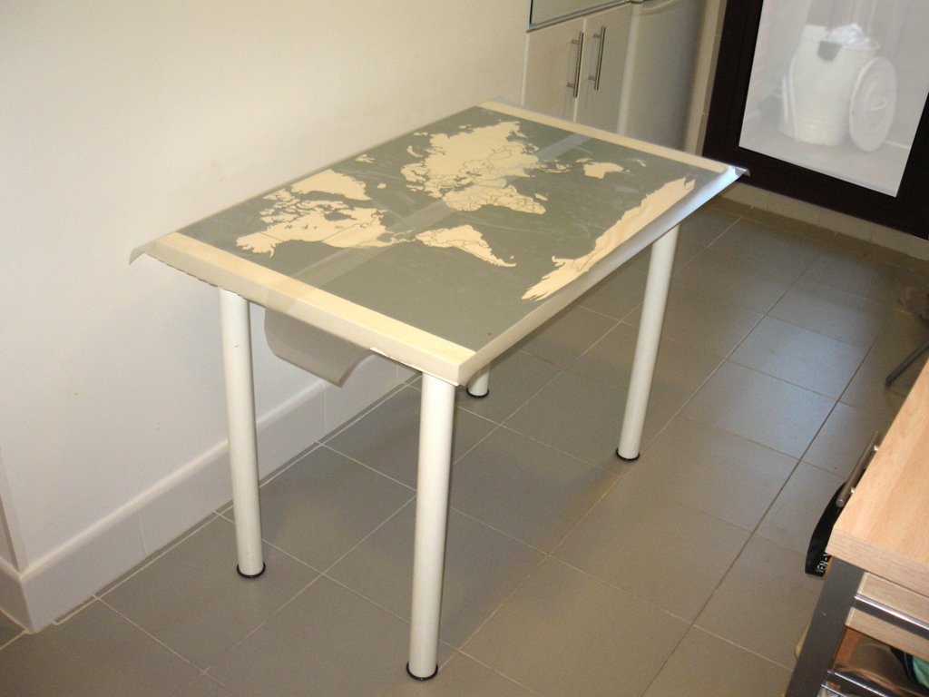 Un vinilo en la mesa de cocina de marta - Mapamundi pared ikea ...