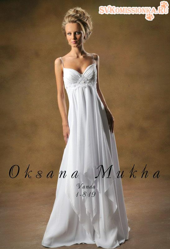 Свадебное платье выполнено из нежных