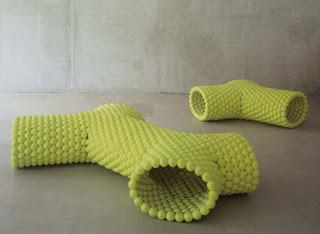 Ławka ze zrecyklingowanych piłek tenisowych (źródło: 2.bp.blogspot.com)