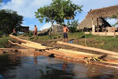 Salida del Puerto de Huicungo: el sol mostraba lo mucho que puede hacer para jugar con los colores. Partamos por el río