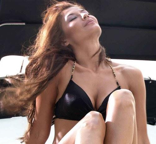 pose hot tamara blezinsky di air terjun pengantin