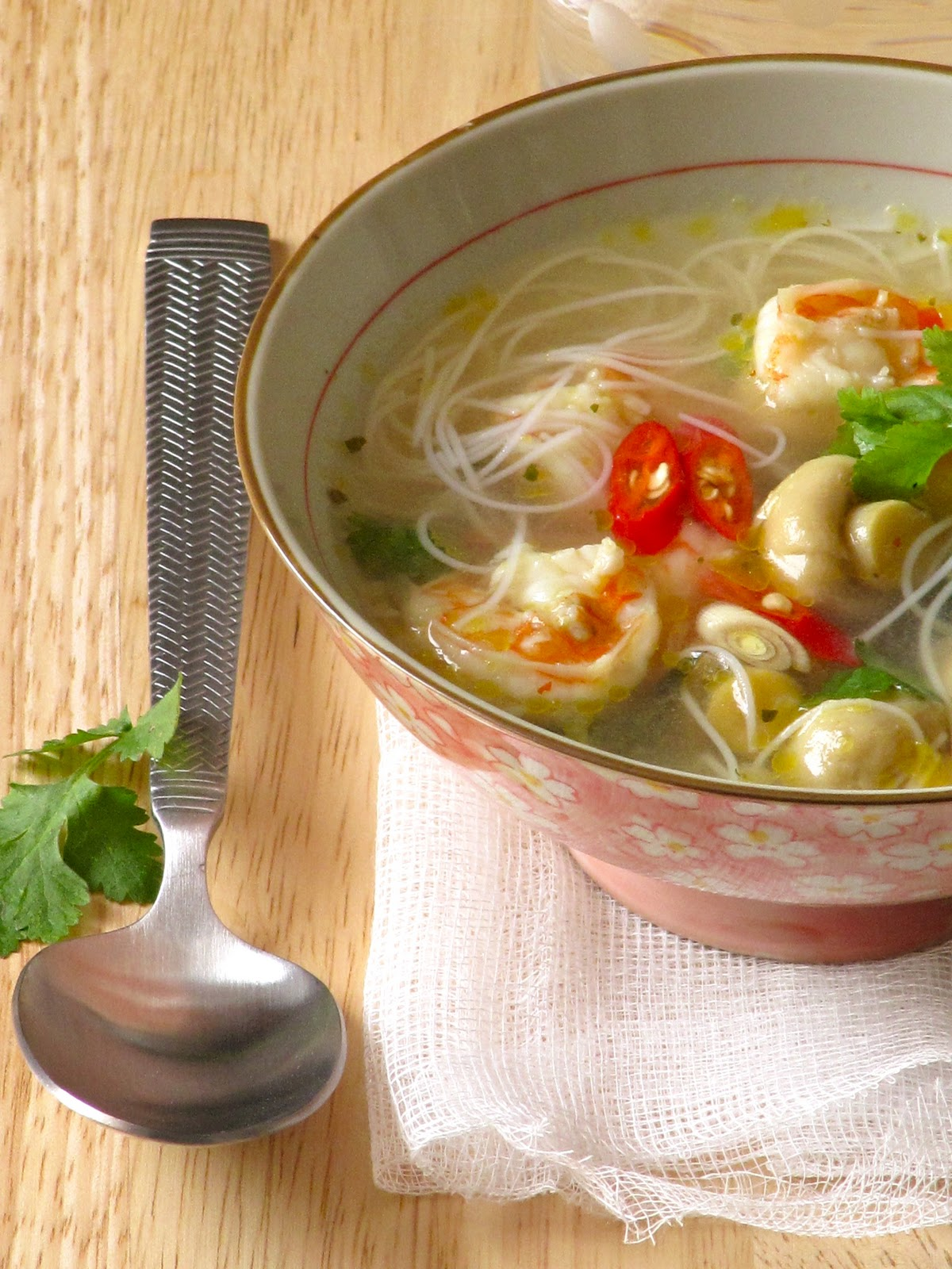 Tom yum goong – Thai hot and sour noodle soupwith shrimp