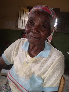 Dona Candida, moradora da localidade quilombola Uruçu, zona rural do município de Traipu-Alagoas. Ela é usuária do PSF da Mumbaça, cuja UBS fica a tres km de sua moradia. Atendê-la perto de sua casa no Uruçu, em uma escola da localidade, nos remete à questão do acolhimento. À nossa UBS, ela certamente não vai!