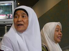 Mak Cik Timah & Kakak Intan di lobi Hospital