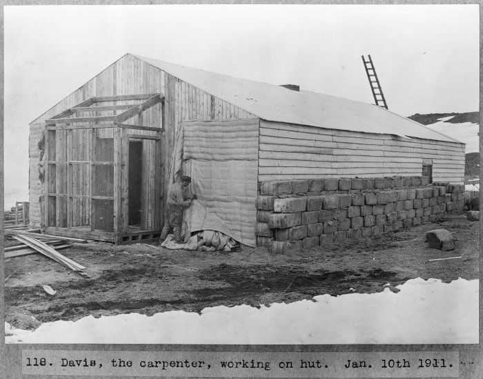 [Francis+E+C+Davies+constructing+a+hut+at+Antarctica+during+the+British+Antarctic+Expedition+of+1911-1913,+10+Jan+1911.nz]