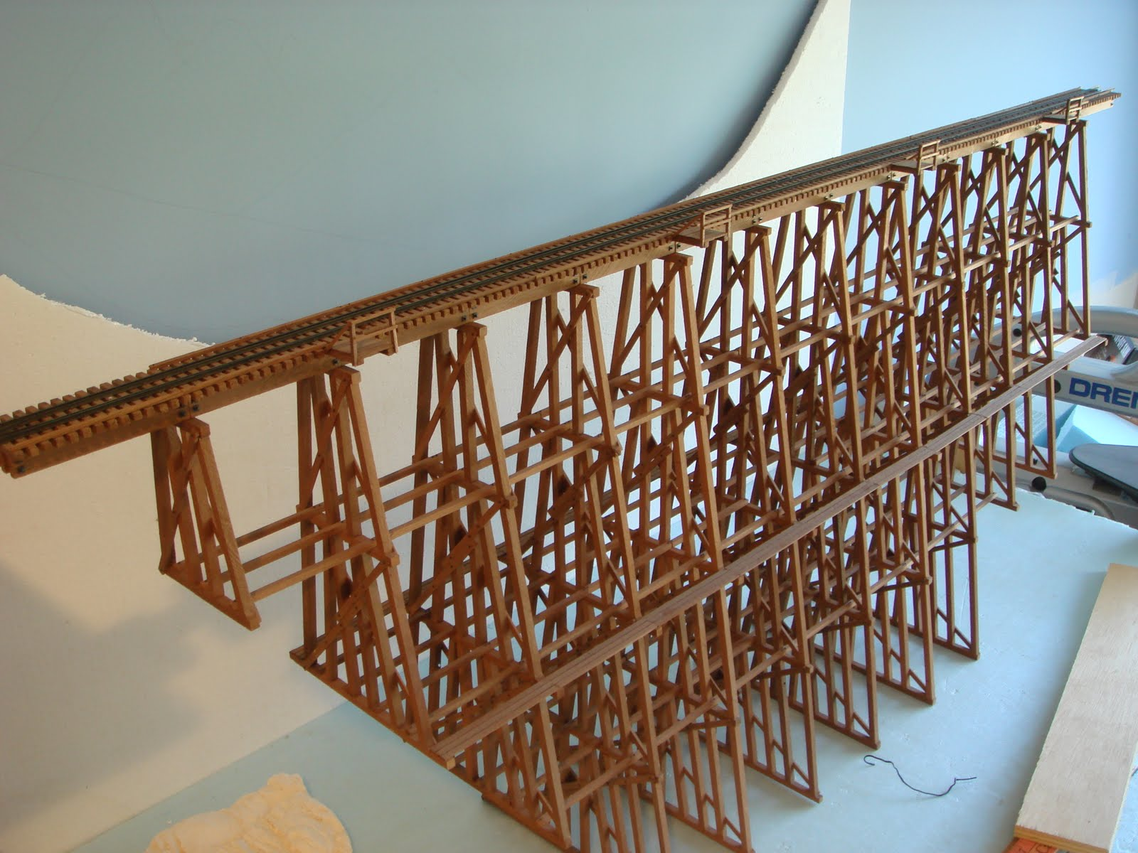 http://2.bp.blogspot.com/_zZeqlWPbkzk/TFMbjyPpuKI/AAAAAAAAAGw/AsH084T0w0g/s1600/garage+railroad+008.JPG
