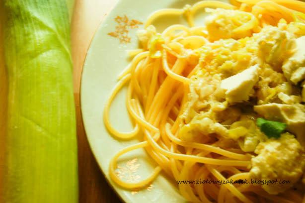 Spaghetti z porem, serem feta i ziołami.