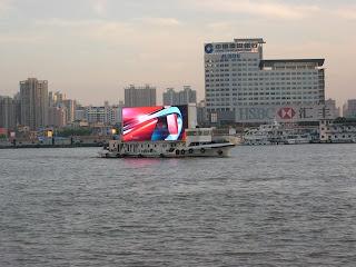 喜歡這塊特大的廣告板,在江上游來游去,很搶眼!