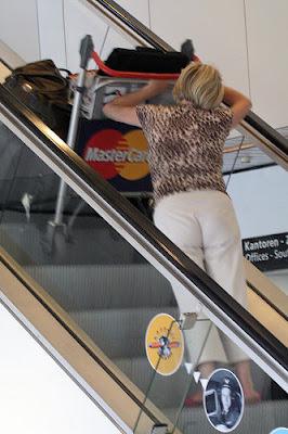 Subiendo con el carro por la escalera mecanica - FAIL