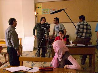 أيمن في تي شيرت رمادي يوجه المصور وأحمد كمال وحبيبة ينتظران، ويظهر أيضا الميكروفون صاحب العادة البذيئة في التحليق فوق رؤوس الممثلين أثناء التصوير، وهو أمر يحدث حتى مع فيلليني كما يؤكد أيمن