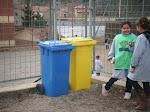 Els alumnes vigilen que el reciclatge es faci correctament