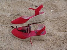 Sandálias abandonadas na areia