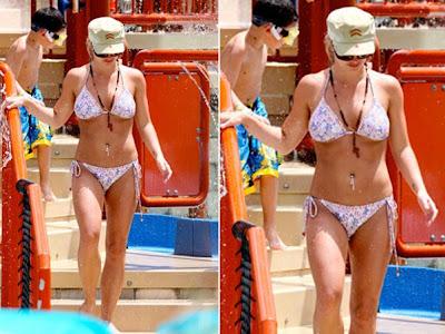De biquíni, Britney Spears curte férias