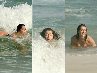 Letícia Spiller de biquíni na praia com o namorado