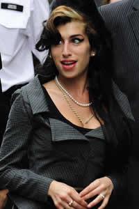 Amy Winehouse quase morreu de overdose nos meus braços, diz ex da cantora