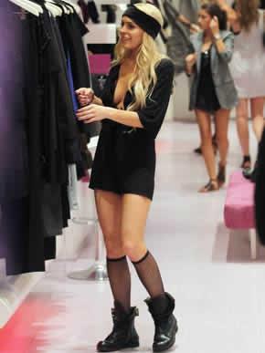 Decote e roupa estranha de Lindsay Lohan