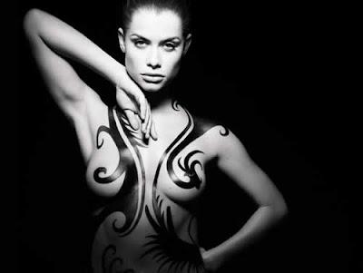 Alinne Moraes nua e tatuada