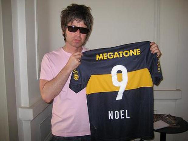 [Noel+Gallagher,+con+su+camiseta+personalizada.JPG]