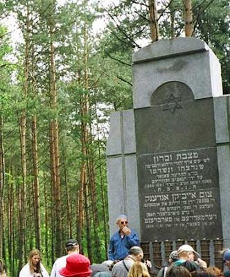 מגן דוד שחור על גבי אנדרטה