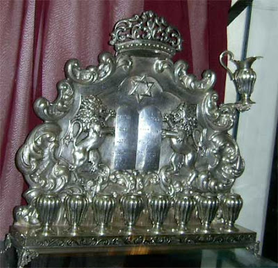 מגן דוד על גבי חנוכייה מפוארת