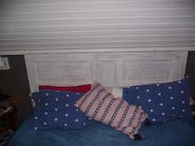 Sänggavel av en gammal dörr...