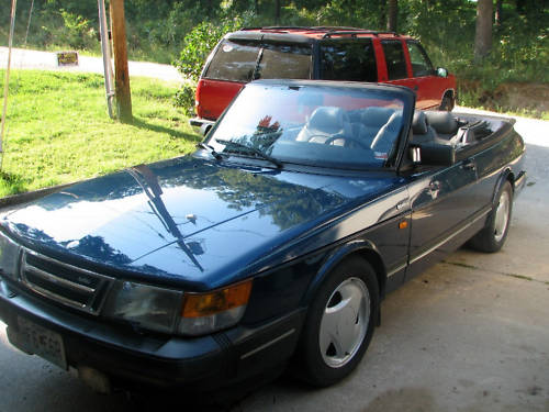 This 1992 Saab 900 Turbo convertible appears to be in very nice condition.