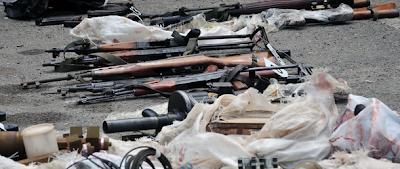 Le armi rinvenute dalla polizia macedone a Radusha (Foto: Maja Zlatevska/Dnevnik)