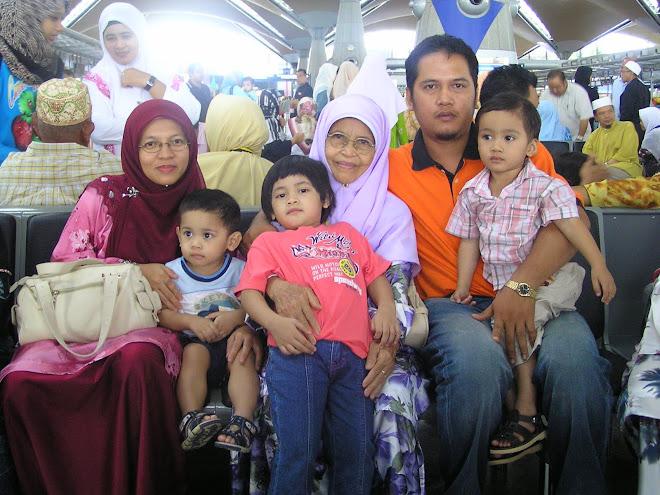 Mak Long Sabariah bersama anak dan cucu