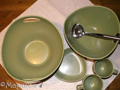 Två skålar, två muggar och två små trekantiga fat. Höganäs keramik, olivgrön.