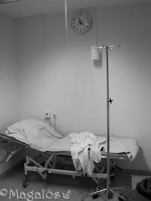 Sjukhusbrits i undersökningsrum. Svartvit bild.