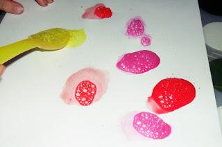 malowanie pianą, techniki plastyczne, zabawy dla dzieci, eksperymenty, twórczość, kreatywne inspiracje, integracja, edukacja, zabawa, prace plastyczne.