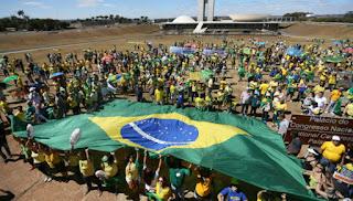 Manifestantes contra Dilma saem às ruas em 17 Estados e no DF