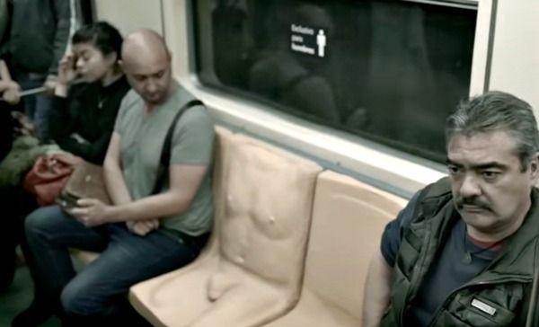 Porkys: Vagón del Metro con asiento especial. Siéntense, ¡a ver qué sienten!