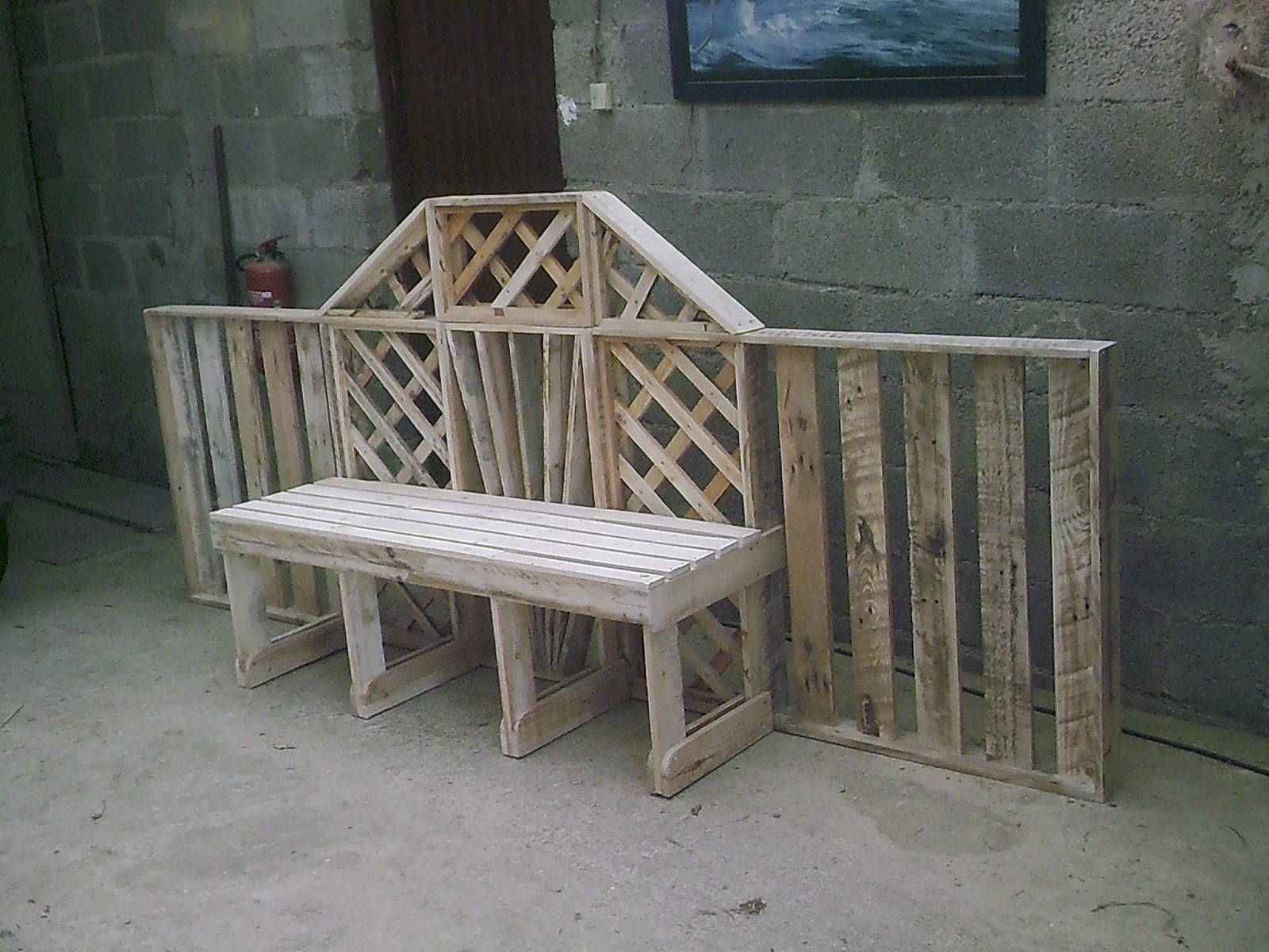 Fabrication de meuble l 39 interieur en bois de palette et for Fabrication de meuble de jardin en palette