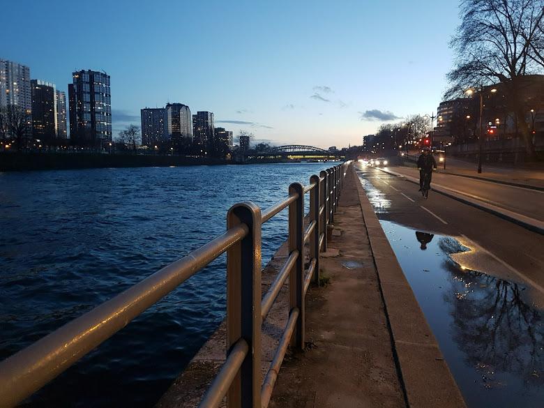傍晚走在塞納河河岸