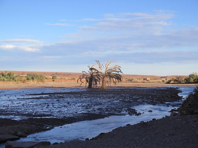 Río a los pies de las Kasbah de Aid Ben Haddou
