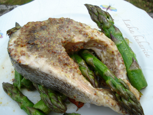 Salmon steaks with asparagus by Laka kuharica: healthy combination of tender salmon and crisp asparagus.