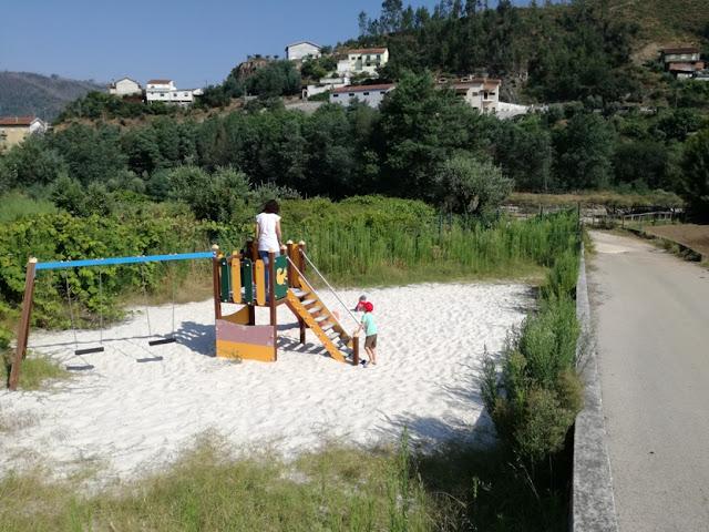 Parque infantil da praia Fluvial de Segade