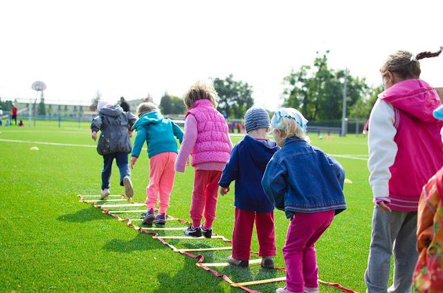 Grupo de niños saltando en el parque