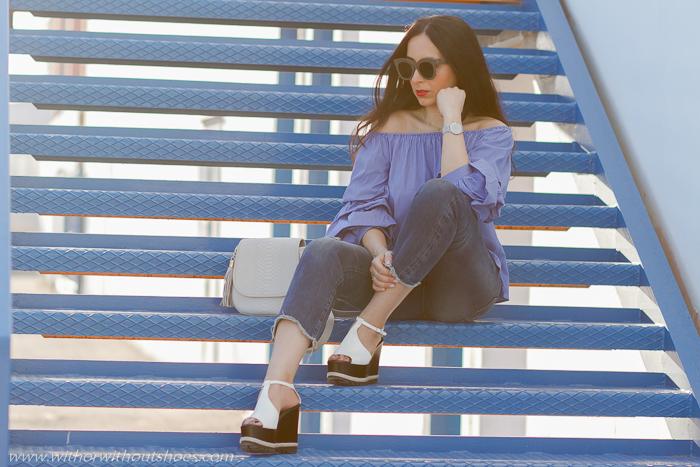 Influencer blogger moda con camisa azul y vaqueros gafas Celine