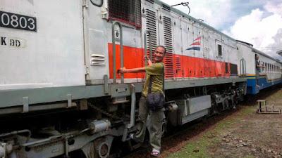 Ilustrasi traveling menggunakan kereta api.