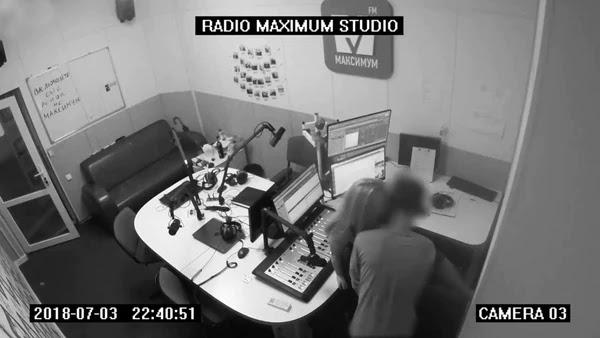O funcionário da rádio convidou uma mulher para o estúdio
